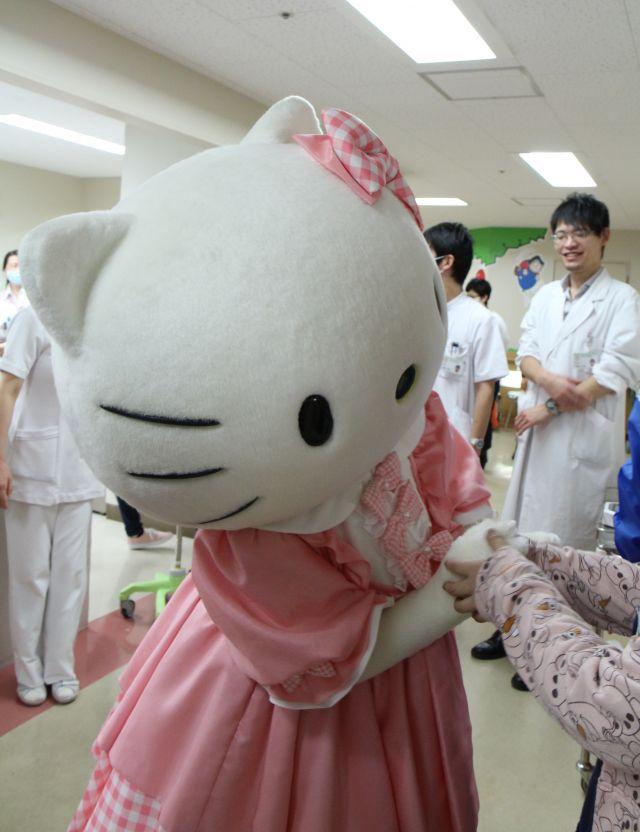 キティちゃんと握手