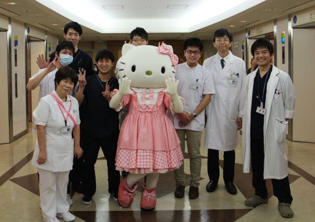 喜びが隠しきれない病院のスタッフ