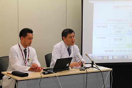 記者会見する下川宏明教授(右)と伊藤健太准教授(左)