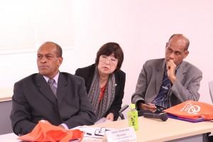生活習慣病に関する診療・研究についての説明を熱心に聞かれるジョン・ウサマテ 保健大臣とイシメリ・トゥカナ アドバイザー