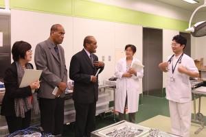 先端医療技術トレーニングセンターにおいて説明を受ける ジョン・ウサマテ 保健大臣とイシメリ・トゥカナ アドバイザー