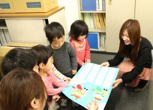 園児たちから事務部へカレンダーのプレゼント